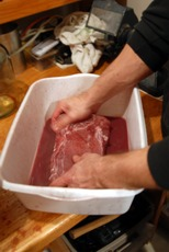 Washing the salted loins in red wine